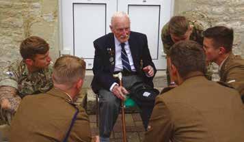 Ted Varley en compagnie des militaires